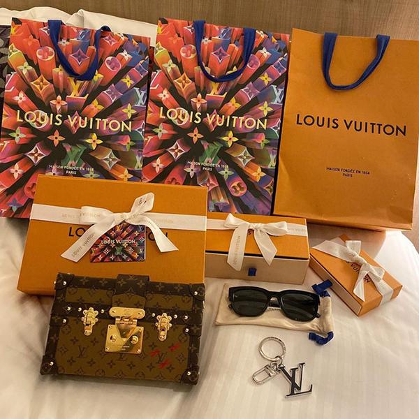 Nhiều lần, công chúa béo đăng hình đồ Chanel, Louis Vuitton... trị giá cả trăm triệu đồng lên trang cá nhân và nói lời cảm ơn đến ông xã.