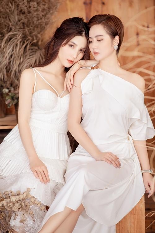 Huyền Lizzie chứng tỏ sự biến hóa đa sắc khi diện một chiếc váy trắng mang dáng vẻ quý tộc, sang chảnh và một bộ vest đen phá cách cá tính.