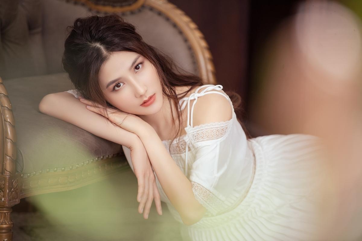 Với Diễm My 9X, nếu trong phim, Phan Linh chuyên trị style công sở thì ở bộ ảnh nàylại mong manh, quyến rũ như một nàng thơ.
