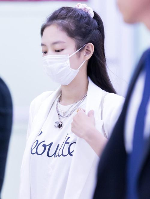 Jennie thường buộc tóc cao với chun vải, giúp mái tóc gọn gàng nhưng vẫn có điểm nhấn.