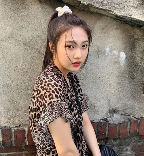 Mê mẩn phong cách retro nên Joy cũng chẳng thể bỏ qua trào lưu phụ kiện đang làm mưa làm gió. Mái tóc buộc scrunchies giúp thành viên Red Velvet trông rất trẻ trung.