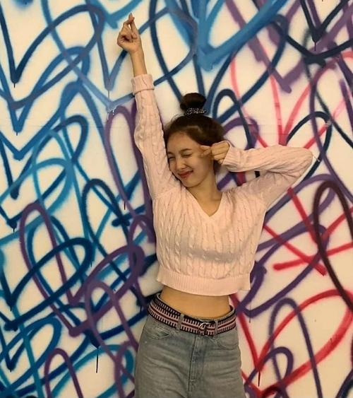 Trong những hình ảnh đời thường, Na Yeon nhiều lần diện item xinh xắn, năng động này.