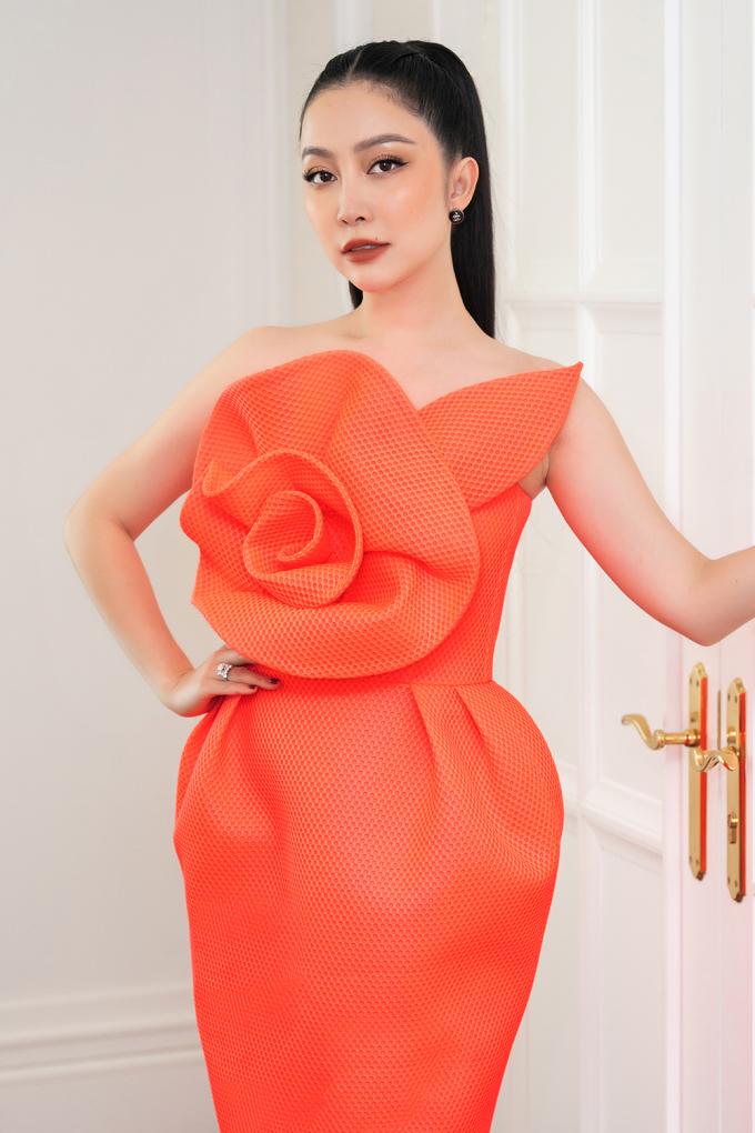 """<p class=""""Normal""""><span>Nghệ sĩ múa Linh Nga diện váy màu cam neon rực rỡ, phối cùng hoa tai Chanel, giày Casadei, ví Bottega Veneta. Linh Nga là thế hệ đàn em của Hoa hậu Hà Kiều Anh. Cả hai thân thiết với nhau nhiều năm.</span></p>"""