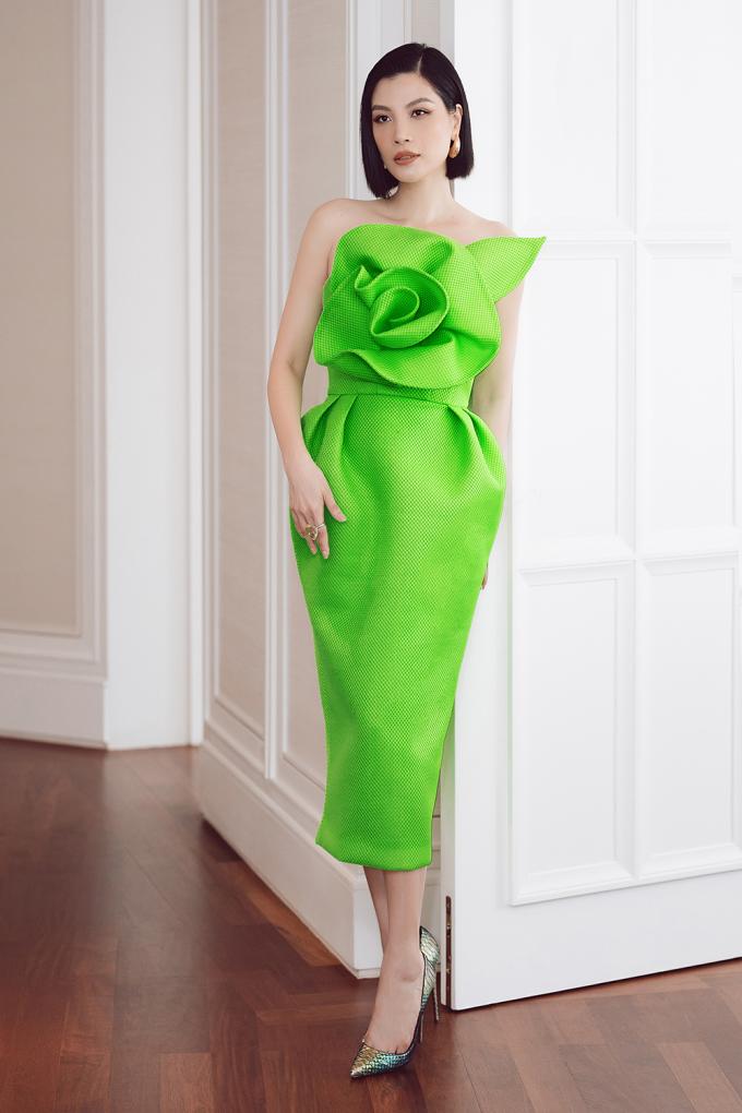 """<p class=""""Normal""""><span><span><span><span><span><span><span><span><span><span><span><span><span><span><span><span><span><span>Cựu siêu mẫu Vũ Cẩm Nhung trẻ trung với thiết kế màu xanh lá neon. Cô mang hoa tai Louis Vuitton và giày Louboutin. Mái tóc ngắn cá tính luôn mang đến vẻ ngoài đặc biệt cho Vũ Cẩm Nhung.</span></span></span></span></span></span></span></span></span></span></span></span></span></span></span></span></span></span></p>"""