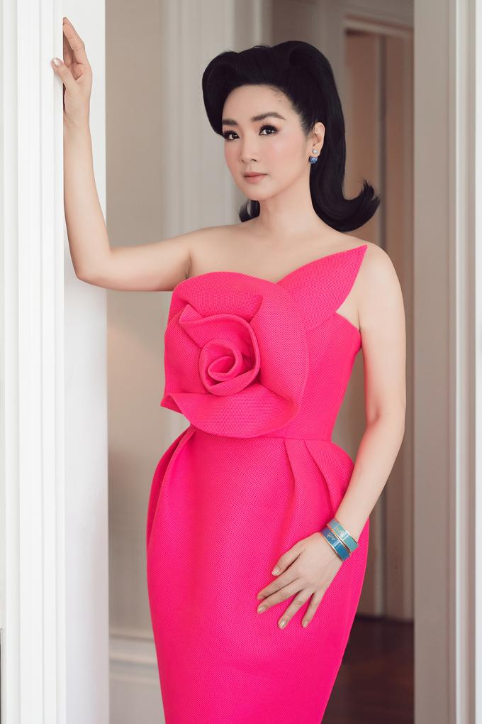 """<p class=""""Normal""""><span>Hoa hậu Giáng My chọn diện thiết kế màu hồng ngọt ngào. Giáng My cũng thân thiết với Hà Kiều Anh từ thập niên 90. Họ đăng quang cùng năm, nhưng khác cuộc thi.</span></p>"""
