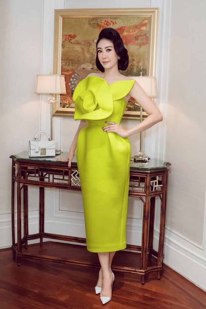 """<p class=""""Normal""""><span>Chủ nhân buổi tiệc chọn diện váytông xanh nõn chuốitôn lên làn da trắng sáng. Cô kết hợp cùng hoa tai Chanel, túi Stalvey, giày Giuseppe Zanotti.Bước sang tuổi 44, Hoa hậu Việt Nam 1992 ngày càng mặn mà, cuốn hút. </span></p>"""
