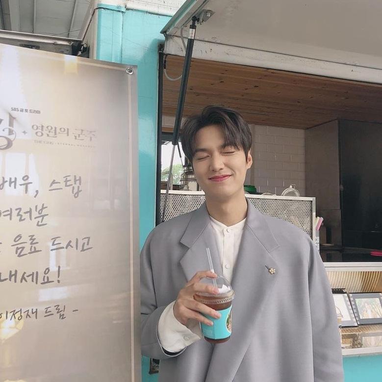 Lee Min Ho hạnh phúc khi nhận được xe cà phê từ nam diễn viên Lee Jung Jae gửi đến trường quay Quân vương bất diệt.
