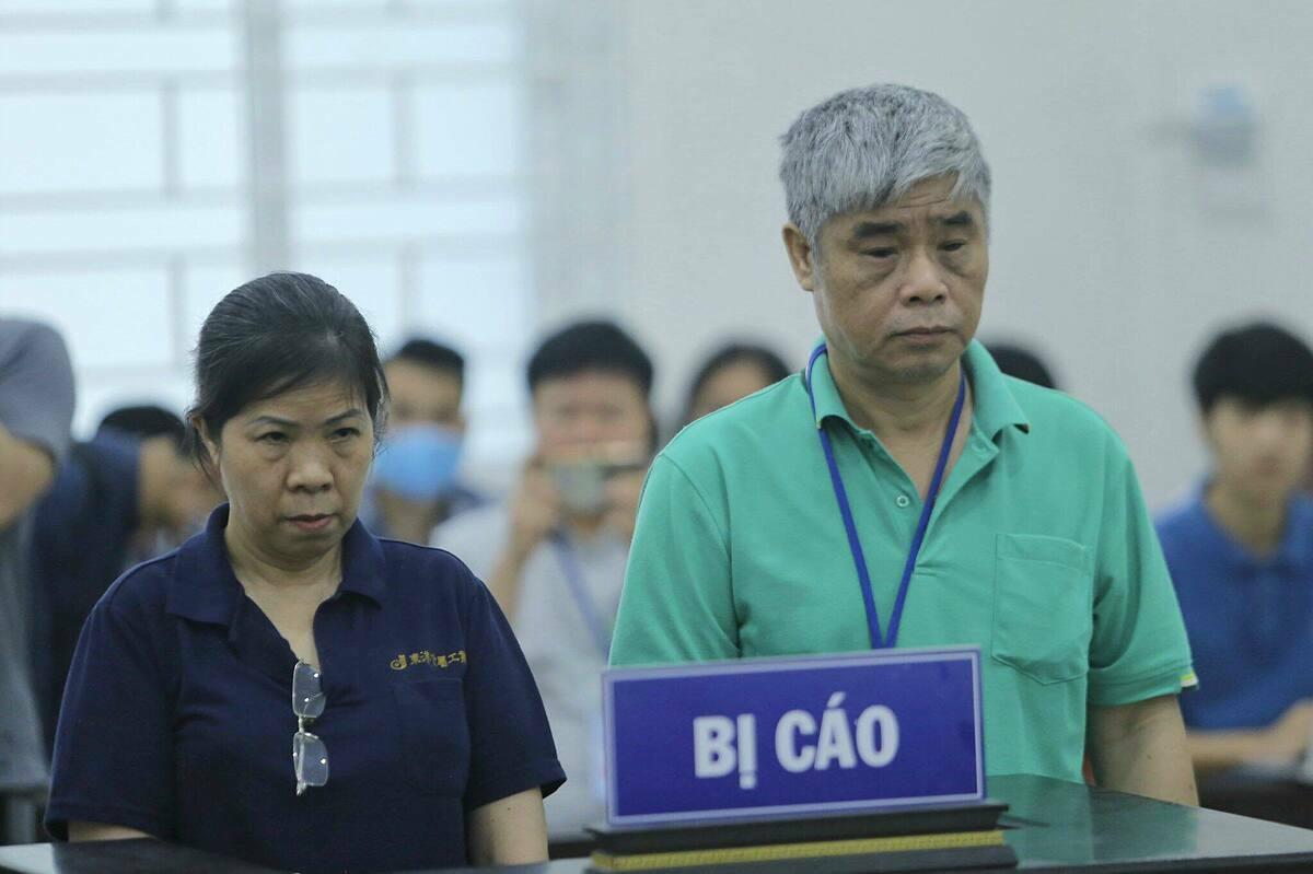 Bị cáo Nuyễn Bích Quy và Doãn Quý Phiến có mặt tại phiên toà. Ảnh: Tùng Đinh