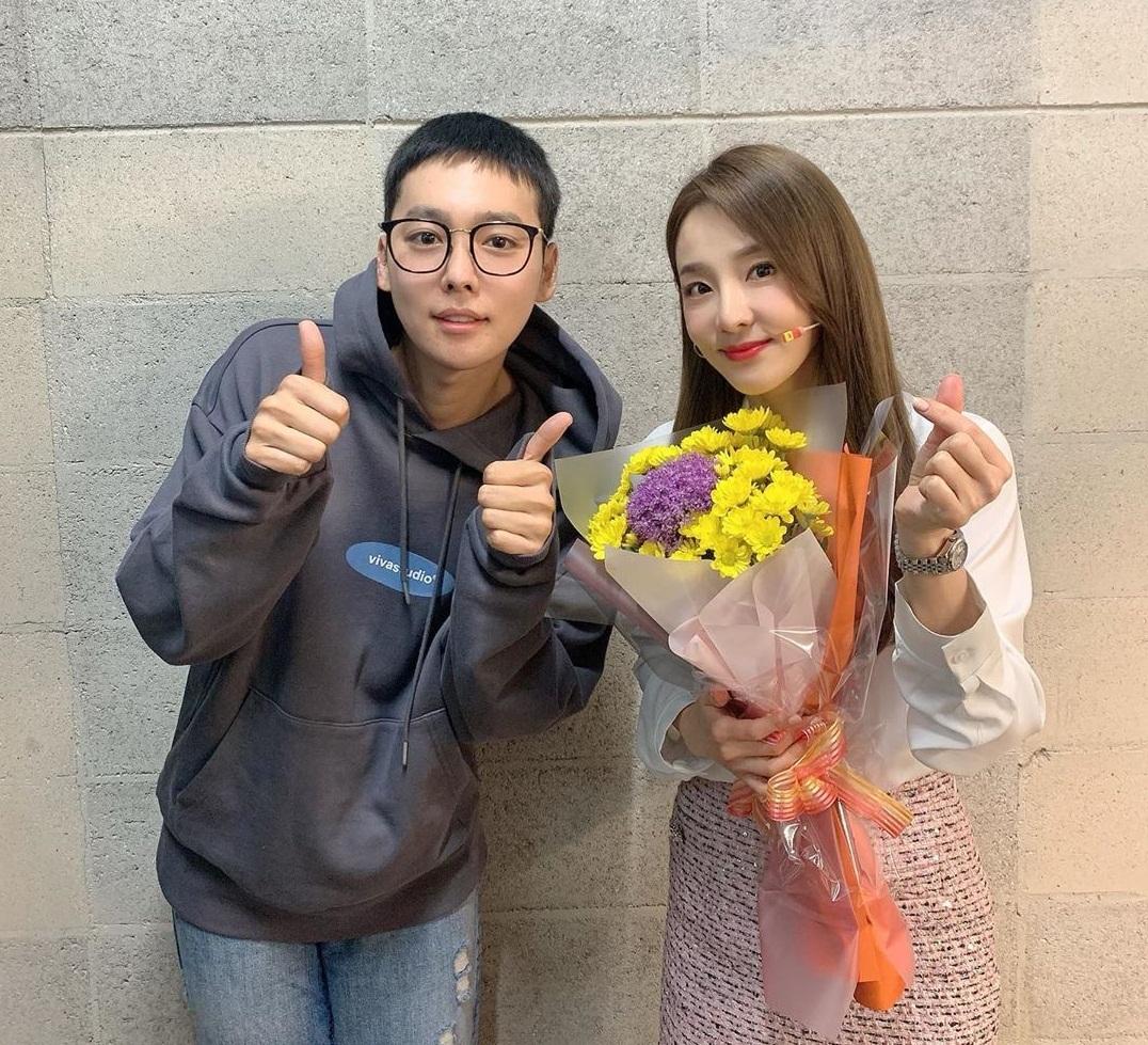 Dara được cậu em Jin Woo mang hoa đến cổ vũ.