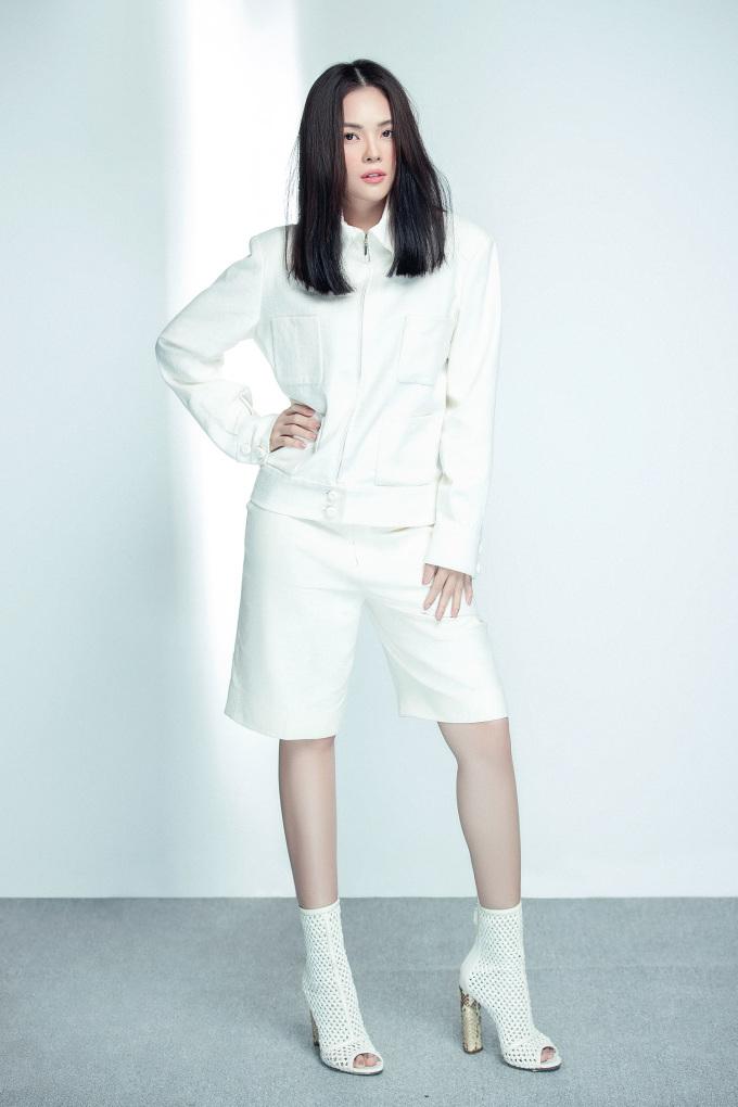 """<p class=""""Normal"""">Dương Cẩm Lynh thừa nhận, Song Hye Kyo là ngôi sao mà cô yêu thích. """"Tôi thấy phong cách và gu của cô ấy rất giống mình, cùng hướng đến sự thanh lịch, đơn giản, và chúng tôi lại có cùng độ tuổi với nhau nữa. Tôi nghĩ việc học hỏi cái hay, cái đẹp của các nghệ sĩ trên thế giới là điều bình thường. Học hỏi chứ không phải là copy, đạo nhái. Nghệ sĩ nào cũng có cá tính riêng, không ai muốn mình là cái bóng của người khác, cho dù người đó có nổi tiếng đến đâu"""", Dương Cẩm Lynh cho biết.</p>"""