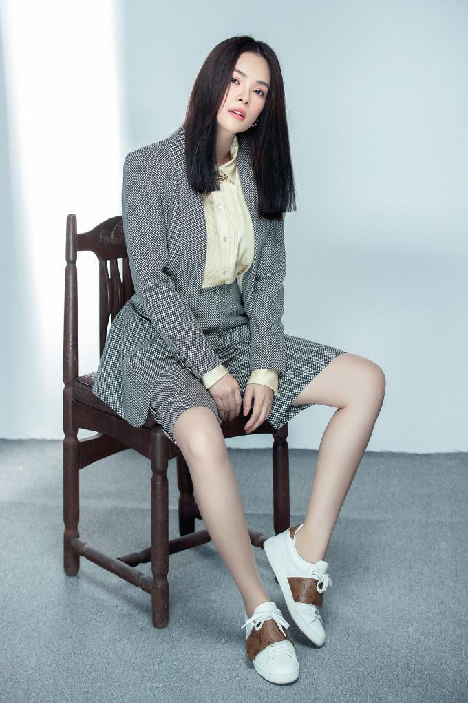 <p>Trong bộ ảnh này, Dương Cẩm Lynh phối trang phục Công Trí với nhiều phụ kiện hàng hiệu, thể hiện hình ảnh một người phụ nữ độc lập, mạnh mẽ.</p>