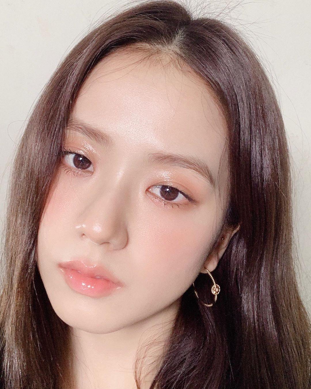 Ji Soo sở hữu làn da trắng sáng, mịn mướt, dù chụp cận mặt nhưng không hề thấy dấu vết của lỗ chân lông.