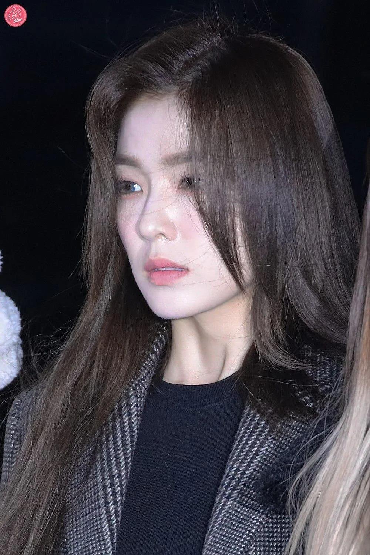 Dưới ánh đèn flash siêu dìm, Irene vẫn khoe được làn da trắng sáng không hề có khuyết điểm.