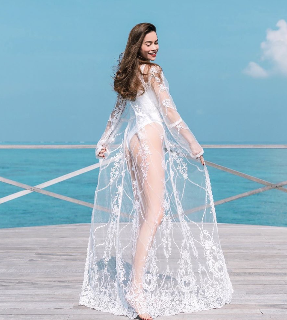 Để giúp bộ đồ tắm thêm duyên dáng, Hà Hồ kết hợp với áo choàng voan có họa tiết đính thêu cầu kỳ, tạo cảm giác nửa kín nửa hở.
