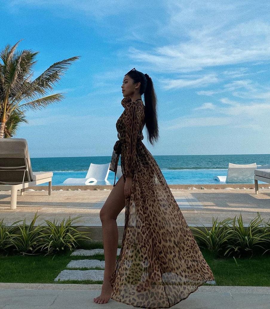 Áo choàng họa tiết da báo của Dolce & Gabbana khẳng định thương hiệu rich kid của Tiên Nguyễn. Với item này, outfit trên biển của em chồng Hà Tăng trông đẳng cấp hơn hẳn.