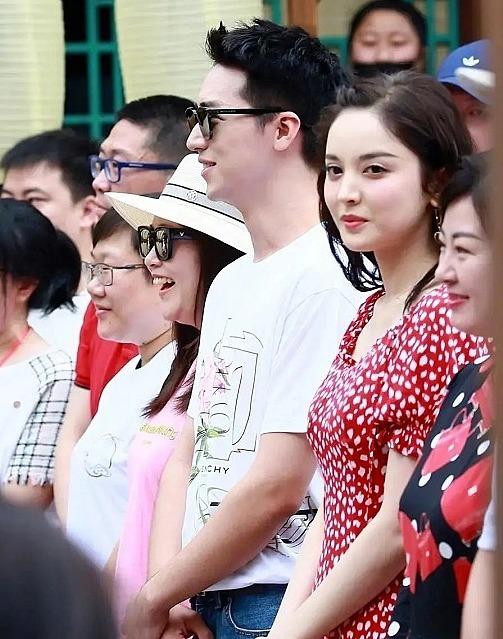 Cổ Lực Na Trát (Váy hoa trắng đỏ) và Hứa Ngụy Châu (áo phông trắng) trong lễ khai máy.