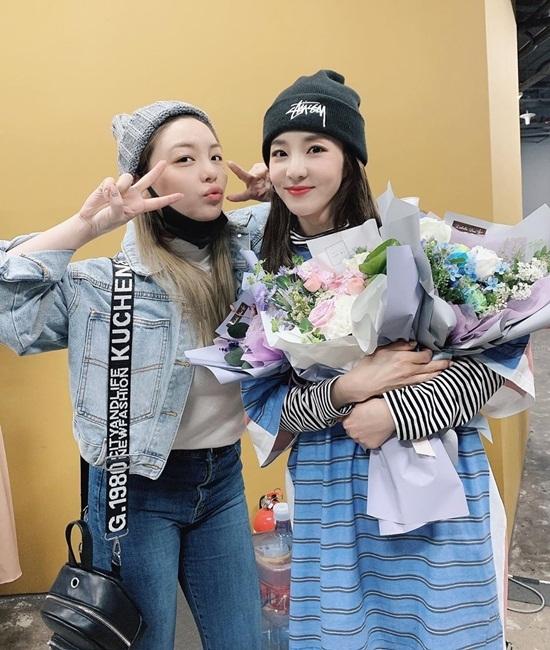 Ailee tặng hoa cổ vũ Dara thể hiện tình cảm thân thiết.