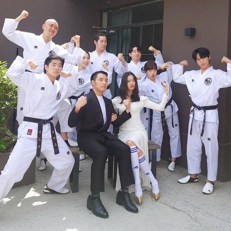 Hye Rim, cựu thành viên Wonder Girls, và chồng tương lai chụp ảnh cưới phong cách Taekwondo hài hước.