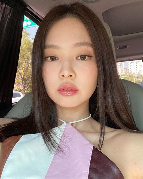 Vốn có gương mặt bầu bĩnh trẻ trung, Jennie trông càng hack tuổi nhờ mốt trang điểm đang được cô nàng lăng xê tích cực. Mùa hè đến cũng là lúc nữ idol đổi sang gu makeup nhẹ nhàng với đôi môi căng bóng mịn mướt làm điểm nhấn.