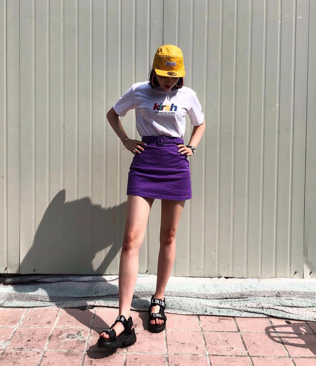 Áo phông và chân váy chữ A luôn là cách mix kinh điển hiệu quả trong mọi trường hợp, giúp bạn có diện mạo khỏe khoắn, đúng mốt mà chẳng tốn nhiều công sức.