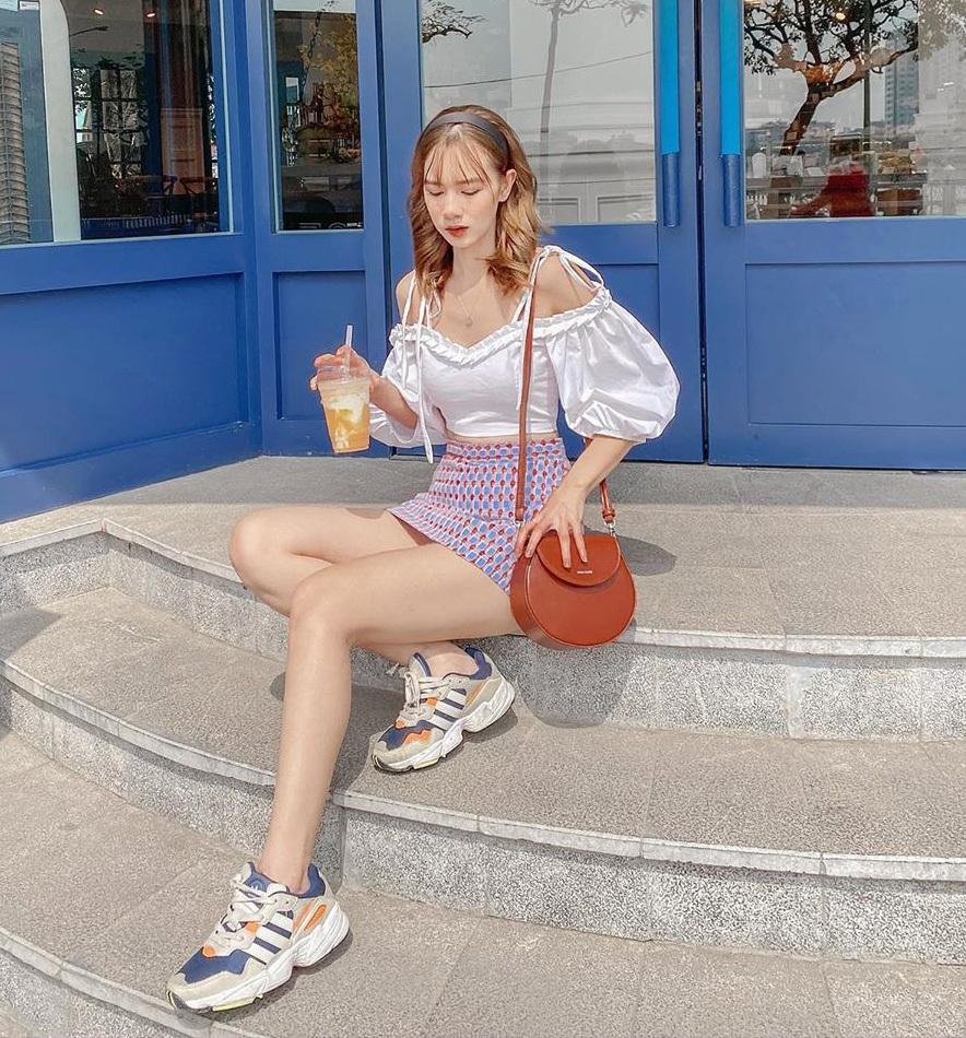 Chân váy chữ A với đặc trưng cạp cao trên rốn, dáng đứng xòe nhẹ như chữ A là item cô gái nào cũng có trong tủ đồ mùa hè. Với ưu điểm tôn dáng, che khuyết điểm tốt, chiếc chân váy này có thể mix-match với mọi kiểu đồ trong tủ. Tuy nhiên năm nay, đừng quên thử mốt áo tay bồng - xu hướng đậm chất tiểu thư đang được các cô gái yêu thích.