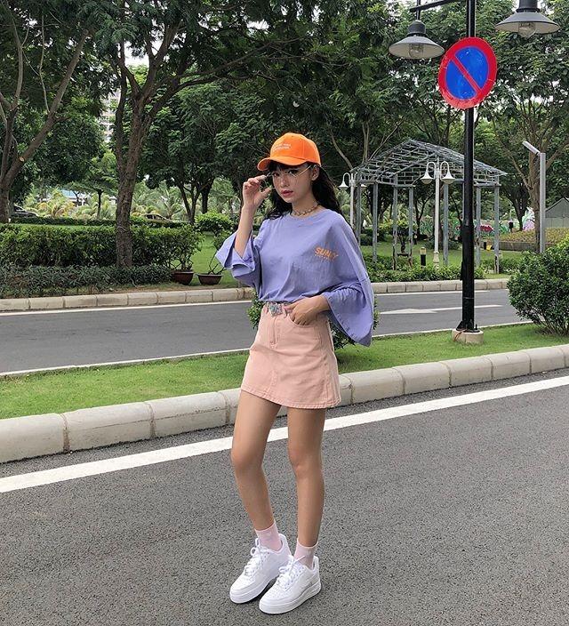 Mùa hè năm nay, hãy thử cách kết hợp áo váy với những màu sắc nổi bật như màu neon, tông hồng tím pastel, giúp trang phục càng thêm rực rỡ dưới ánh nắng.