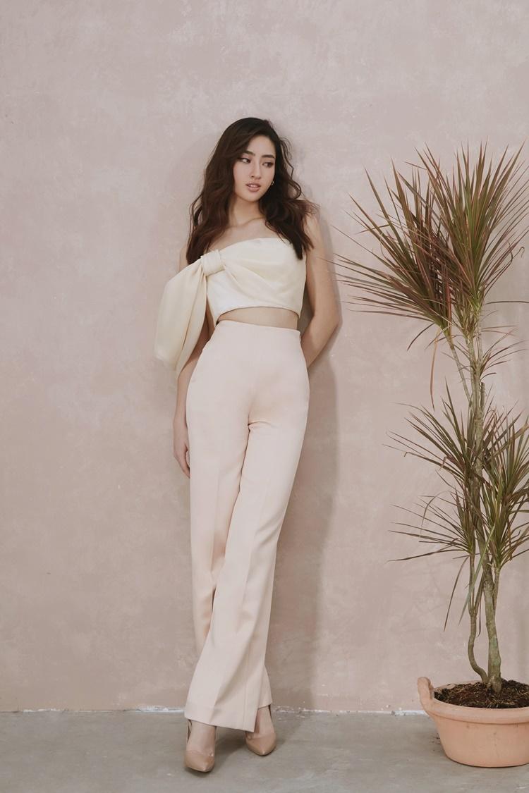 Lương Thùy Linh mix áo hai dây cúp ngực cùng quần ống suông khoe chân dài. Cô đi giày tone nude đồng điệu.