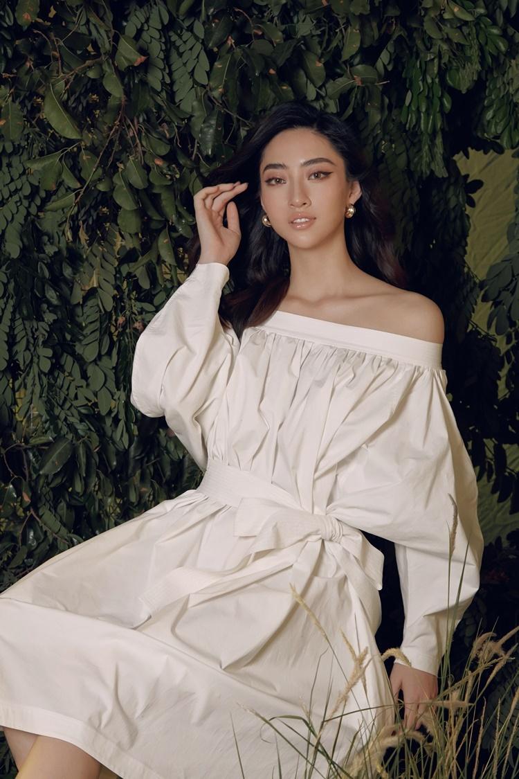 Thùy Linh mặc váy trễ vai gam màu trắng. Thừi gian tới, cô sẽ góp mặt trong chương trình IELTS Face-off.