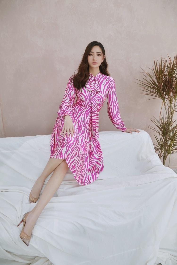 Lương Thùy Linh diện những thiết kế mới nhất của Công Trí. Cô chọn trang phục gam hồng và trắng làm tông chủ đạo trong bộ hình mới. Đây là hai màu sắc phong thủy từng giúp tôi ghi dấu ấn tại Miss World 2019, cô chia sẻ.