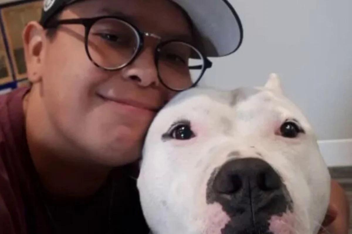 Dakota Holmes cùng chú chó cưng Kato. Ảnh:Dakota Holmes.
