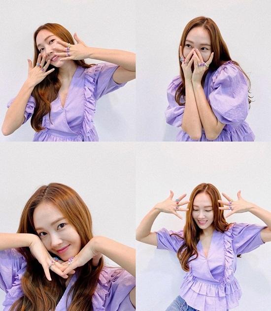 Jessica diện áo tím lavender khoe loạt nhẫn màu sắc như của các bé mẫu giáo.