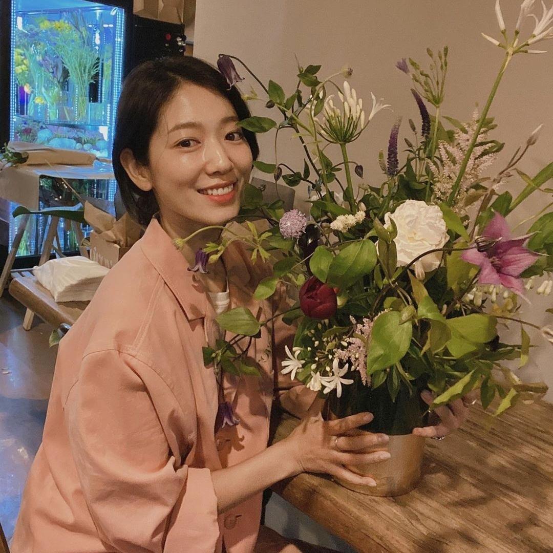 Park Shin Hye khoe thành quả học cắm hoa.
