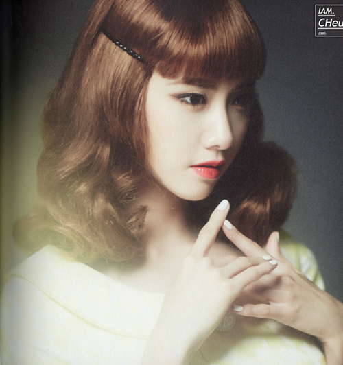 Mái tóc của Yoona có phần mái chưa được mềm mại nhưng độ bồng rủ ở vai lại rất nhẹ nhàng tự nhiên, giúp nữ idol tôn lên nhan sắc như công chúa.