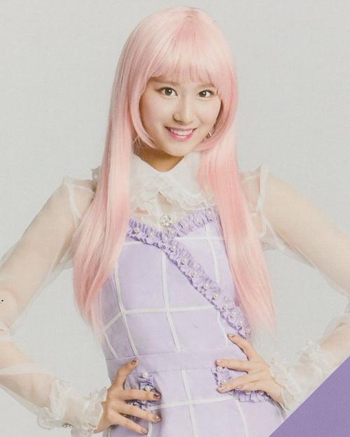 Sana có gương mặt xinh xắn ăn hình nhưng cũng không thể cứu được mái tóc hồng pastel nhìn đã thấy giả.