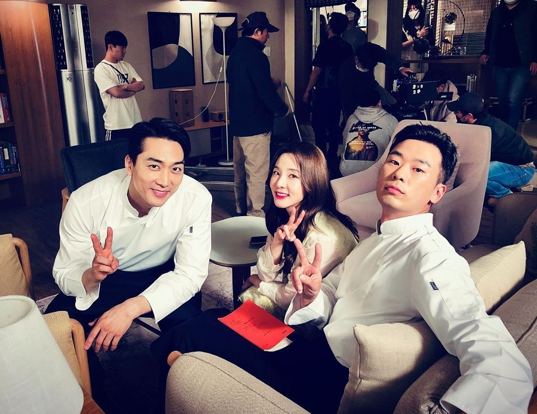 Song Seung Hun (trái) vui vẻ khi hợp tác cùng Dara trong phim mới.