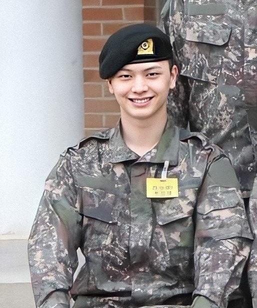 Eun Kwang (BTOB) cập nhật ảnh trong quân ngũ cực bảnh trai của Sung Jae.
