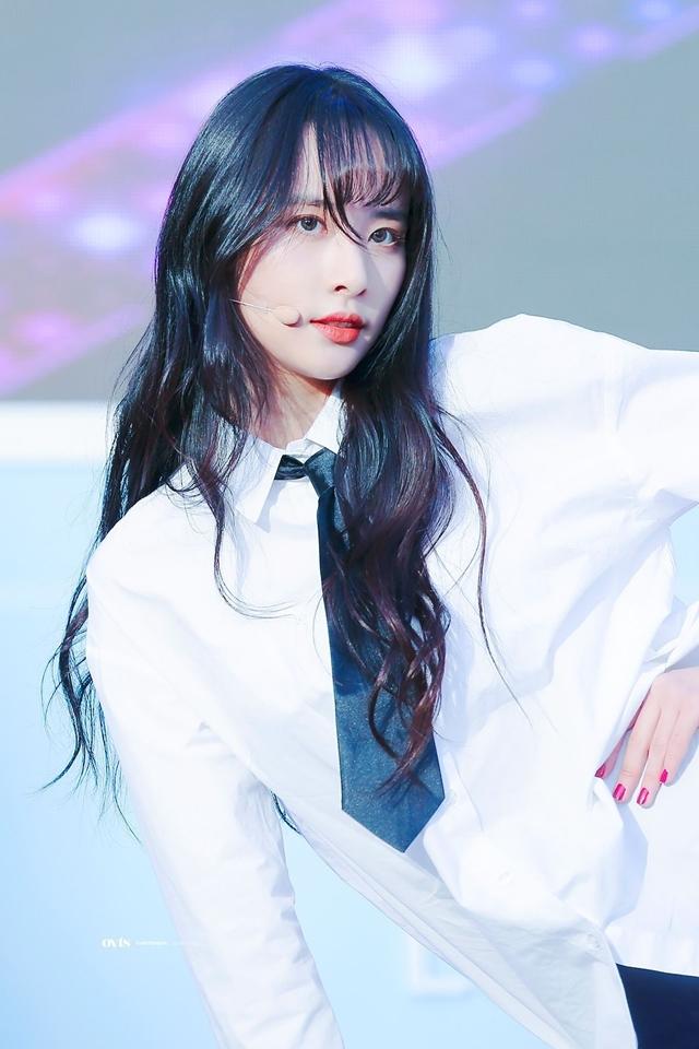 Seola sinh năm 1994, là thành viên lớn tuổi nhất WJSN. Nữ idol được đặt biệt danh là nàng Bạch Tuyết vì gắn liền với hình ảnh tóc đen dài, môi đỏ thắm, da trắng bóc.