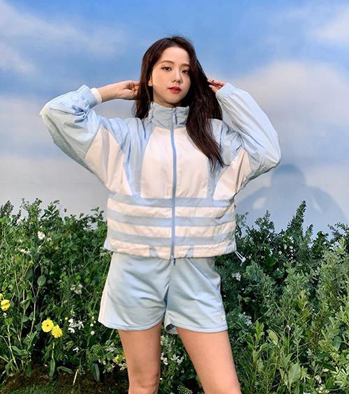 Ngay cả trong các shoot hình quảng cáo, Ji Soo vẫn thích cách tạo dáng quen thuộc, giúp hình ảnh trông sinh động, tự nhiên hơn.