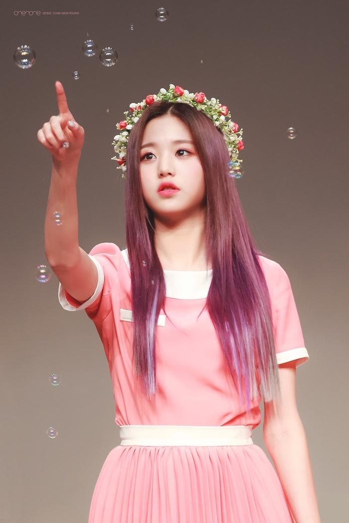 Những idol đội vòng hoa xinh đẹp như nữ thần tái thế