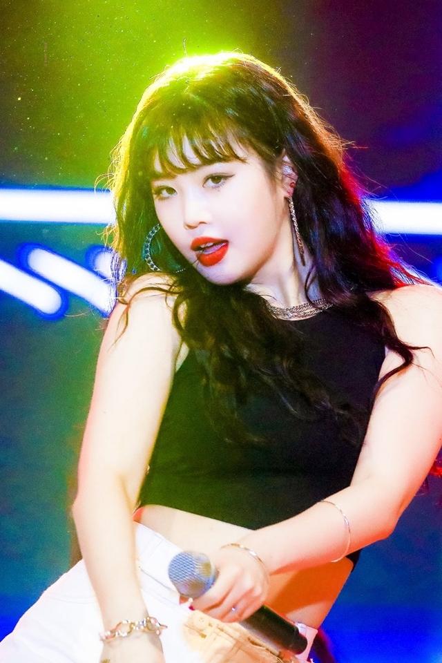 Nữ idol là một trong những thành viên tỏa sáng nhất (G)I-DLE mỗi lần xuất hiện. Fangirl mê mẩn ánh mắt sắc lẹm, khí chất quyến rũ tự nhiên, đường cong gợi cảm chết người của Soo Jin.