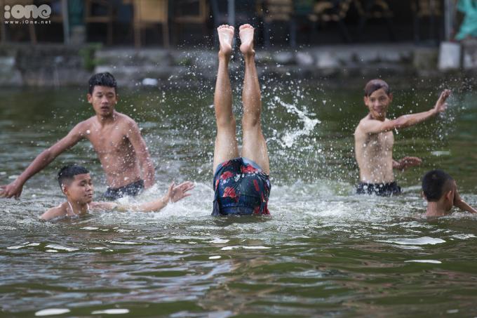 """<p class=""""Normal""""><span>Trong lúc bơi, nhiều em thườngchơi trò tạt nước vào nhau.Người thua cuộc sẽ phải chụm đầu xuống nước, chân duỗi thẳnglên trời trong một thời gian nhất định. </span></p>"""