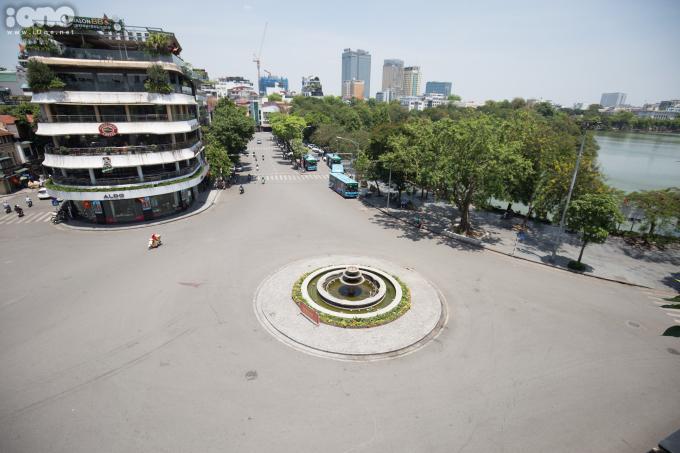 <p>Quảng trường Đông Kinh Nghĩa Thục vắng bóng người qua lại.</p>