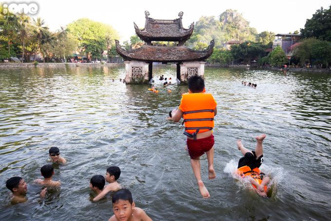 """<p class=""""Normal"""">Thời tiết nắng nóng, nhiều trẻ em đổ về hồ Long Trìnằm trong khuôn viên Khu di tích quốc gia đặc biệt chùa Thầy (Quốc Oai, Hà Nội) để giải nhiệt.</p>"""