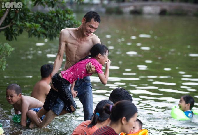 """<p>Anh Nguyễn Văn Dũng đang hướng dẫn cho em gái tập bơi. """"Nó sợ nước nên cứ mỗi lần tập bơi lànhắm mắt, nhắm mũi hết cả lên"""", anh Dũng nói.</p>"""