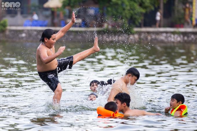 """<p class=""""Normal""""><span>Trẻ em là lứa tuổi đông đảo nhất tắm giải nhiệtở hồ.</span></p>"""
