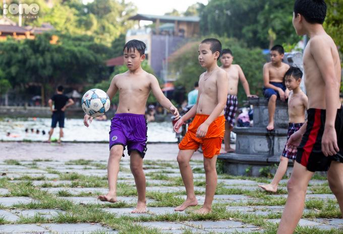 """<p class=""""Normal"""">Sau mỗi lần bơi, <span>vẫy vùng dướihồ, đám trẻ l</span>ại kéo nhau lên sân đình trước chùa Thầy để đá bóng.</p>"""