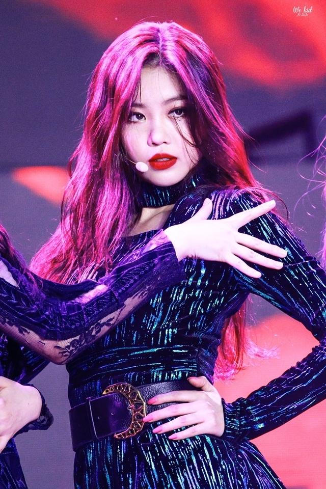 Soo Jin sinh năm 1998, nổi tiếng với phong cách sexy. Cô nàng không có nhan sắc xinh đẹp truyền thống nhưng thay vào đó lại sở hữu thần thái nổi bật.