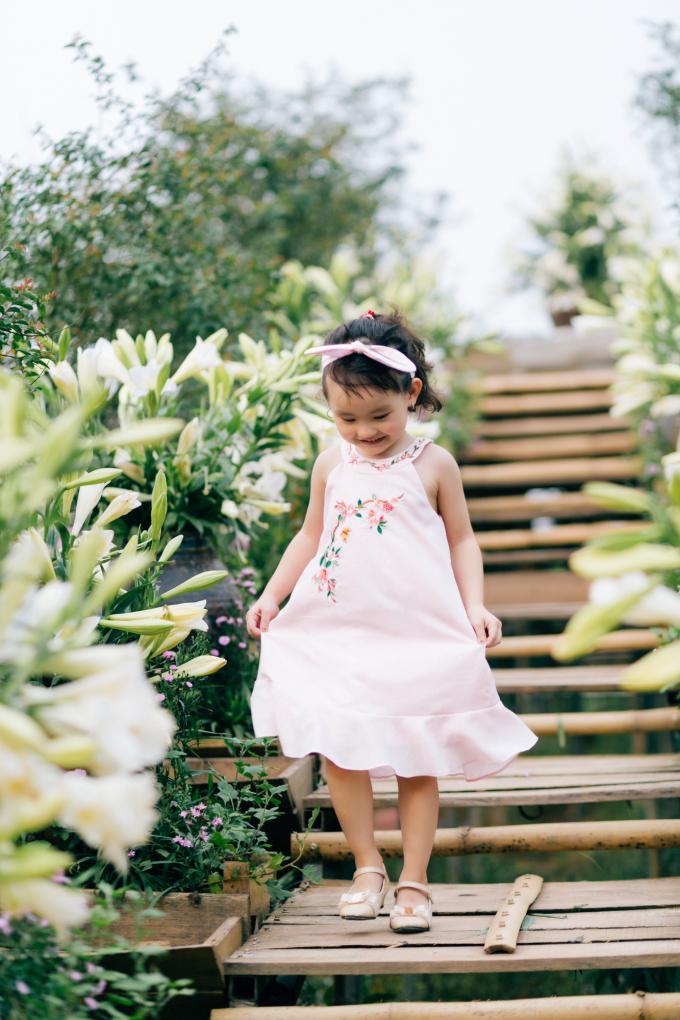 """<p class=""""Normal""""><span>Trong bộ ảnh mới, Ngọc Hân và bé Cherry mặc những mẫu váy nằm trong bộ sưu tập """"Yếm hoa""""bằng chất liệu lụa, đũi, phù hợp với thời tiết nắng nóng của mùa hè. Những chất liệu này cũng rất thân thiện với làn da nhạy cảm của trẻ em. Các mẫu váy liền có màu sắc đa dạng, được thêu tỉ mỉ họatiết hoa.</span></p>"""
