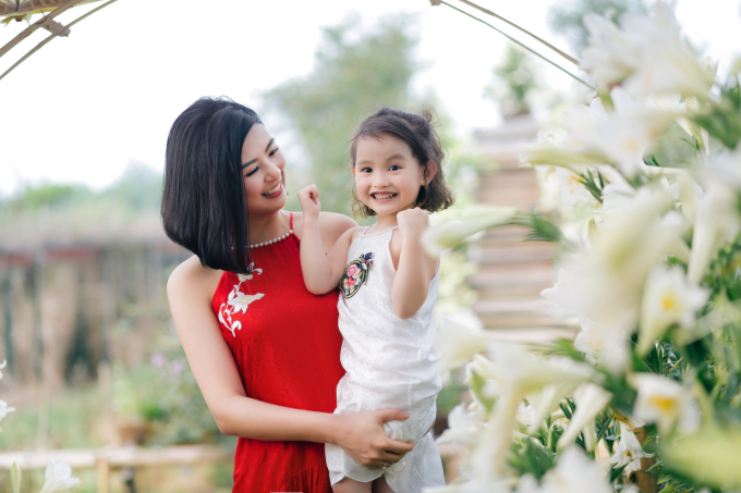 """<p class=""""Normal""""><span>Ngọc Hân cho biết, bên cạnh việc thiết kế áo dài và váy cho người lớn, cô đặc biệt thích làm trang phục cho trẻ em dù các sản phẩm không mang lại nhiều lợi nhuận. </span></p>"""