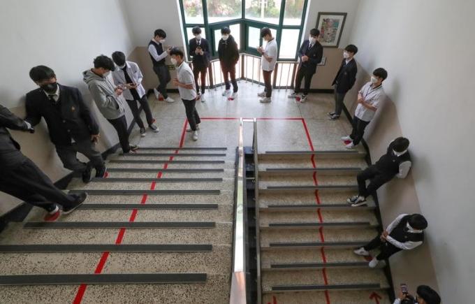 """<p class=""""Normal""""><span>Học sinh xếp hàng trong lúc đợi vào nhà ăn ở Seoul, Hàn Quốc.</span></p>"""